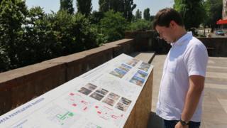 Министр строительства и ЖКХ Саратовской области Дмитрий Тепин рассматривает план благоустройства города на набережной Космонавтов