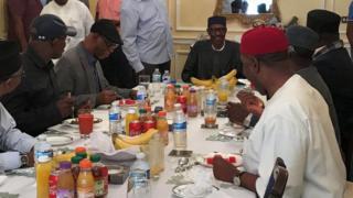 Le président nigérian Muhammadu Buhari (centre) déjeune à Abuja House à Londres