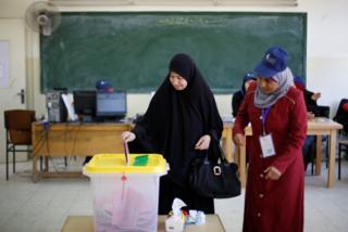Oy kullanan Ürdünlü bir kadın