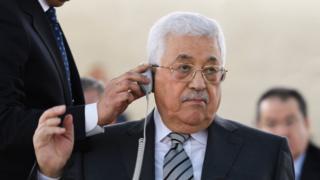 Mahmud Abbas kulaklık takıyor