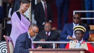 Kagame akitia saini hati ya kiapo baada ya kuapishwa mjini Kigali