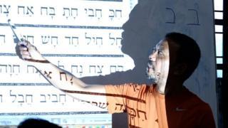 Sapri Sale mengajarkan alfabet Ibrani.