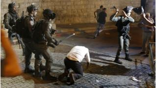 صدامات بين الشرطة الإسرائيلية ومصلين فلسطينيين في القدس