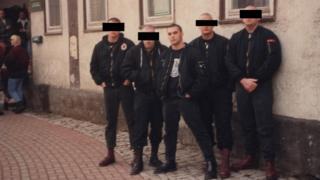 Foto antigua de cinco jóvenes neonazis, entre ellos, Christian Picciolini.