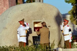 卡斯特羅的弟弟、現任古巴總統保羅·卡斯特羅親手安放骨灰盒。