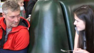 Мэр Екатеринбурга Евгений Ройзман разговаривает с жительницей в одном из городских кафе