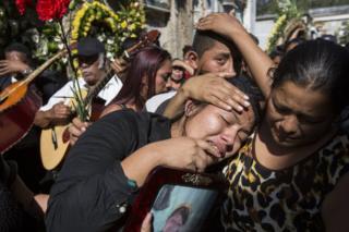 Shirley Palencia llora en el funeral de su hermana Kimberly Palencia Ortiz, de 17 años, quien murió en el incendio del Hogar Seguro Virgen de la Asunción de Guatemala el 8 de marzo.