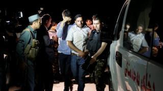 襲撃されたアメリカン大学から救助される男性たち(24日、カブール)