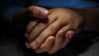 Kavuşmuş çocuk elleri