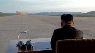 Kim Jong-un observa el lanzamiento de un misil