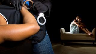 Полиция арестовывает насильника