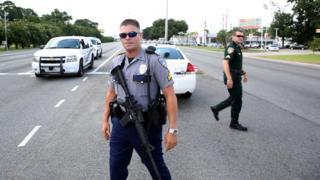 バトンルージュ市内を警備する警官(17日)