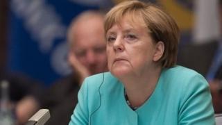 Umaarufu wa Bi. Merkel umekuwa wa hati hati tangu aliporuhusu zaidi ya wakimbizi milioni moja kuingia Ujerumani