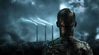 Una figura robótica que da la espalda a la cámara mira, a lo lejos, las chimeneas humeantes de una fábrica