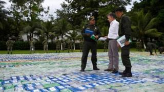 El presidente de Colombia, José Manuel Santos, junto a la policía encargada de la operación mostrando parte de la cocaína incautada.