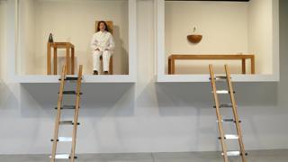 """В 2002 году Марина Абрамович провела 12 дней в Sean Kelly Gallery в Нью-Йорке, голодая. Перформанс назывался """"Дом с видом на океан"""""""