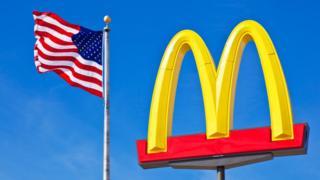 Logotipo de McDonald's y una bandera de EE.UU.