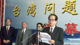 钱其琛出席台湾问题图片展开幕式并讲话(中新社图片23/4/2001)
