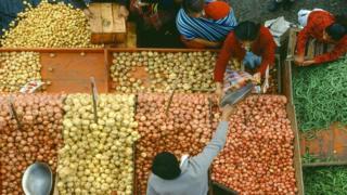Чоң супермаркеттерге караганда жергиликтүү базардан (tianguis) соода кылган арзан болот.
