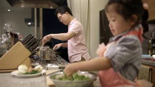 娘と料理をする斎藤さん