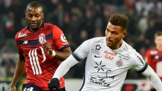 Le milieu de terrain de Lille, Younousse Sankhare (L) avec la''attaquant de Montpellier Steve Mounie (R).