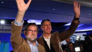 Мариано Рахой (слева) и кандидат от Народной партии Ксавьер Гарсия Альбиоль