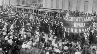 Демонстрация женщин на Невском проспекте в Петрограде, февраль 1917 года