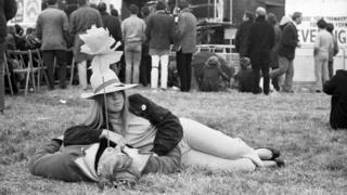 1967년 버킹엄셔에서 열린 히피 스타일 결혼식에 참석한 커플