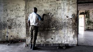Askari anaonekana katika makazi ya zamani ya aliyekuwa Rais wa DRC Mobutu Sese Seko tarehe 15 Mei, 2017, eneo la Nsele, kilomita 40 nje ya Kinshasa. Sese Seko alifukuzwa na vikosi vya waasi wakiongozwa na Laurent-Desire Kabila mwaka wa 1997 baada ya miaka 32 ya utawala. Alikufa miezi mitatu baadaye huko Morocco. / AFP