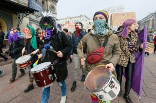 Ukrayna'nın başkenti Kiev'de kadınlar ellerinde davullarla yürüdü.