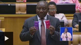 Naibu rais nchini Afrika Kusini Cyril Ramaphosa akizundua mipira ya Kondomu bungeni