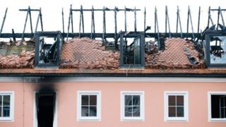 The burned down roof of a building being converted into a refugee home in Bautzen, eastern Germany (22 February 2016)