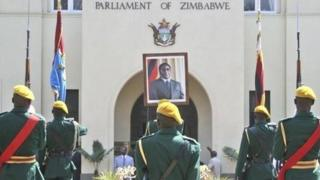 Wabunge wametakiwa kukutana katika kikao cha dharura ili kujadili hatma ya rais Mugabe