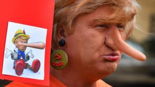 Hombre disfrazado de Donald Trump.