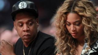 Jay-Z dey look im wife phone