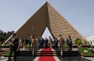 Waziri wa Usalama Marekani James Mattis aondoka baada ya kuweka shada la mau wakati wa ukumbusho wa askari asiyejulikana mjini Cairo Aprili 20, 2017.
