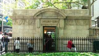 Il s'agit des toilettes publiques les plus chics de la ville situées dans le jardin public de Bryant Park, le long de la 42ème rue.