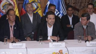 El representante del gobierno colombiano Juan Camilo Restrepo (izquierda), el canciller ecuatoriano Guillaume Long (centro) y el representante del ELN Pablo Beltran (derecha) durante una conferencia de prensa en Quito.