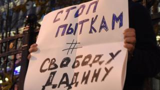 Участник одиночного протеста с плакатом у здания УФСИН в Москве