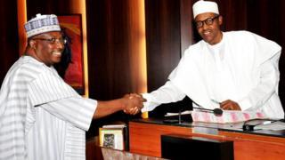 Le Lieutenant-Général Abdulrahman Dambazau, ministre de l'intérieur, saluant le président Buhari en 2015