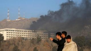 الفندق الواقع على احد تلال غرب كابول تتصاعد النيران من سطحه