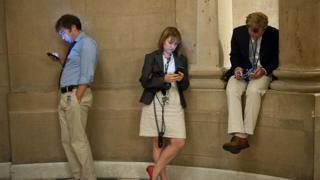 Люди уткнулись в смартфоны