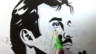 Menina escreve sobre imagem do sheik Hamad para manifestar apoio ao país em meio à crise