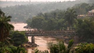 Un pont dans le Kasai qui relie les deux parties de Tshikapa (illustration)
