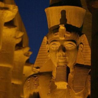 Photo d'une ancienne statue du Pharaon Ramsès 2 prise en 2002 sur les piliers du temple de Luxor (illustration)