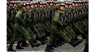 Soldados desfilan en la Plaza Roja de Moscú.