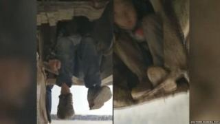 ચીનમાં બસના અન્ડરકેરેજમાં બેઠેલા બે બાળકોનો ફોટોગ્રાફ