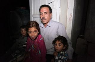 นายคาลิด ทาอโล คุดฮูร์ อัลอาลี กับหลาน ๆ ที่หนีมาได้เมื่อปี 2014