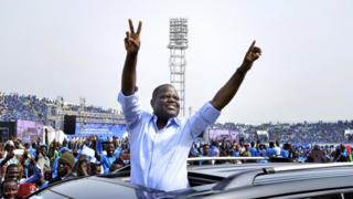 Le candidat Sébastien Adjavon au milieu de ses partisans lors de la campagne électorale, le 3 janvier 2016, à Cotonou.