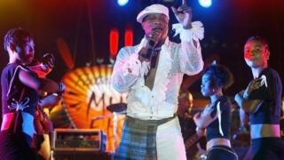 Koffi Olomide from DR Congo and dancers of the Quarter Latin group, perform 30 April 2005 at the Iba Mar Diop stadium in Dakar